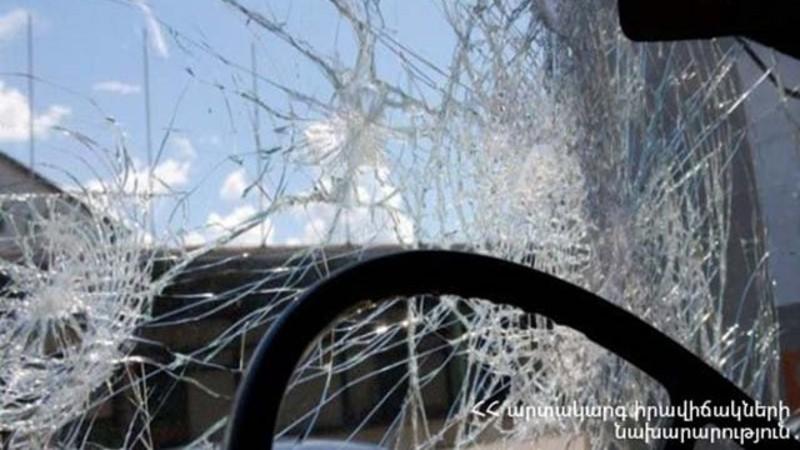 Երևանի Ֆրանսիայի հրապարակում «Opel Astra G» մակնիշի ավտոմեքենան դուրս է եկել ճանապարհի երթևեկելի հատվածից և կողաշրջվել