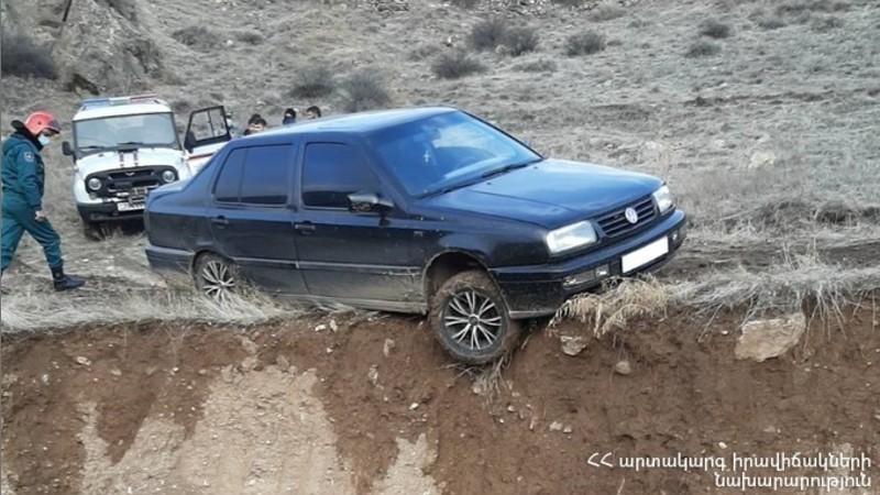 Փրկարարները կանխել են կողաշրջման վտանգը և ավտոմեքենան դուրս են բերել ճանապարհի երթևեկելի հատված