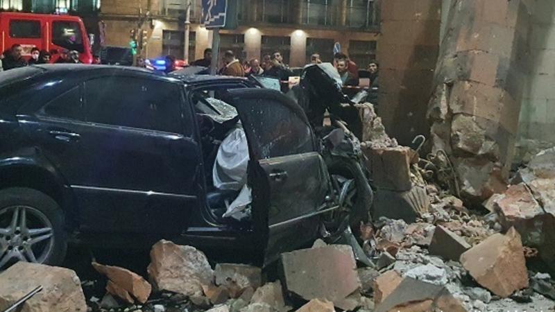 Արշակունյաց պողոտայում մեքենան բախվել է գետնանցման երկու հենապատերին, այնուհետև «Հայրենիք» կինոթատրոնի քարե սյուներից մեկին․ կա զոհ