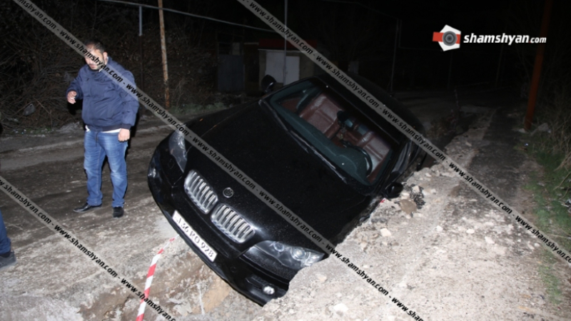 Երևանում Mercedes-ի վարորդի՝ վթարային իրավիճակ ստեղծելու հետևանքով BMW X6-ը կիսակողաշրջված վիճակում հայտնվել է ջրախողովակի համար փորված փոսում