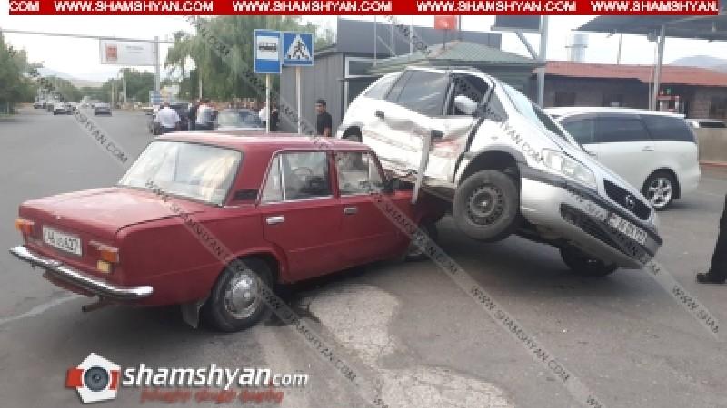 Ավտովթար Կոտայքի մարզում. բախվել են Mitsubishi-ն, Opel-ը և ՎԱԶ-2101-ը. Opel-ն էլ հայտնվել է վերջինիս վրա