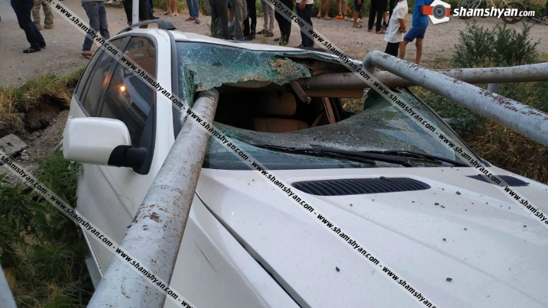 Արարատի մարզում բախվել են BMW X5-ն ու Opel-ը. BMW-ն մխրճվել է գազատար խողովակների մեջ