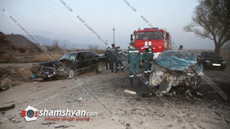 Արարատի մարզում ճակատ-ճակատի բախվել են Mercedes-ն ու Mazda-ն. կա 1 զոհ, 4 վիրավոր