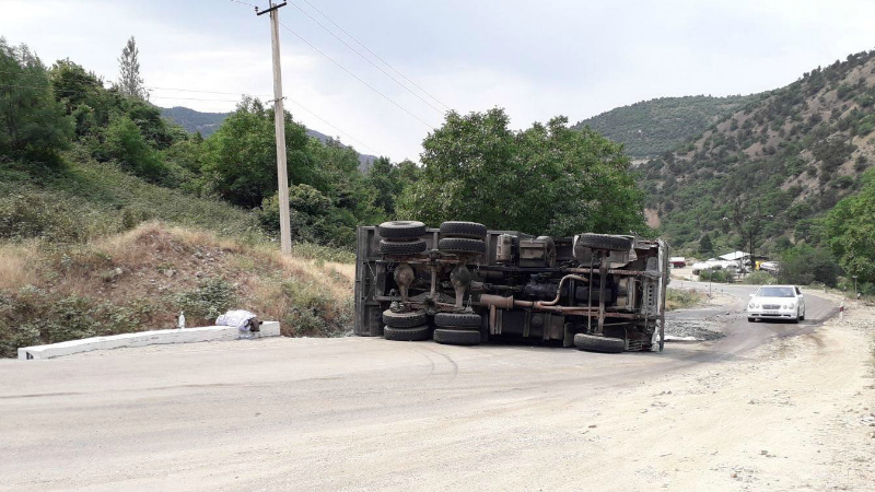 Հայ-իրանական սահման միջպետական նշանակության ավտոճանապարհին բեռնատար է կողաշրջվել (լուսանկար)