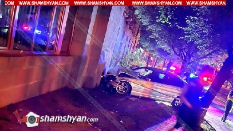 «BMW»-ն բախվել է «Honda»-ին, ապա ծառին և կառավարության շենքի պատին. կա վիրավոր