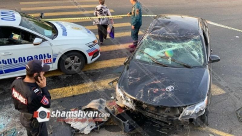 Toyota Camry-ն Թբիլիսյան խճուղում տապալել է «սվետաֆորը», գազախողովակը, էլեկտրասյունն ու գլխիվայր շրջվել. կա վիրավոր