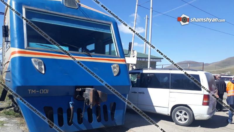 Սևանում բախվել են ռուս պատվիրակներին տեղափոխող մարդատար էլեկտրագնացքն ու Mercedes-ը․ տուժածներ չկան