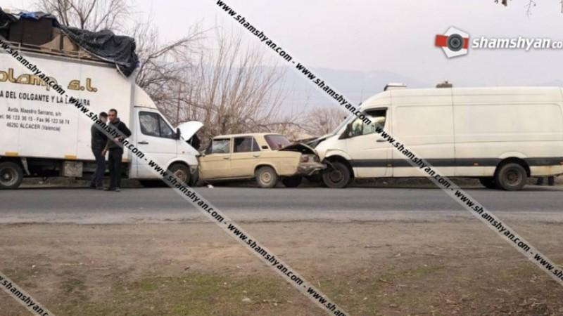 Ավտովթար Արարատի մարզում. 06-ը հայտնվել է Mercedes-ի ու Volkswagen-ի արանքում, կան վիրավորներ