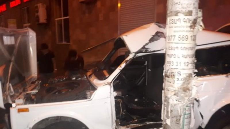«Նիվան» Սեբաստիա փողոցում բախվել է սյանը. վարորդի վիճակը ծայրահեղ ծանր է