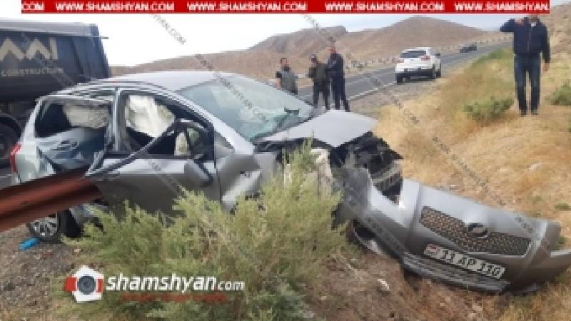 Խոշոր ավտովթար՝ Արարատի մարզում. Toyota Vitz-ը մխրճվել է երկաթե արգելապատնեշի մեջ