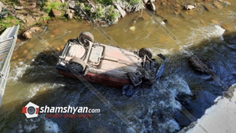 Տավուշի մարզում «09»-ը բախվել է բետոնե արգելապատնեշներին, 5 մետր բարձրությունից ընկել ու գլխիվայր հայտնվել Աղստև գետում. 2 հոգի հոսպիտալացվել են