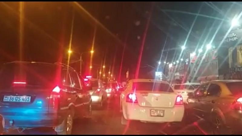 Ոստիկանները ստուգում են Երևան մտնող մեքենաները. Ջրվեժում խցանում է. (տեսանյութ)