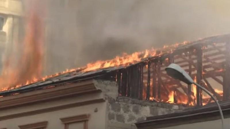 Երևանում այրվում է հինգհարկանի շենքի տանիք. հայտարարվել է հրդեհի բարդության «1 ԲԻՍ» կանչ