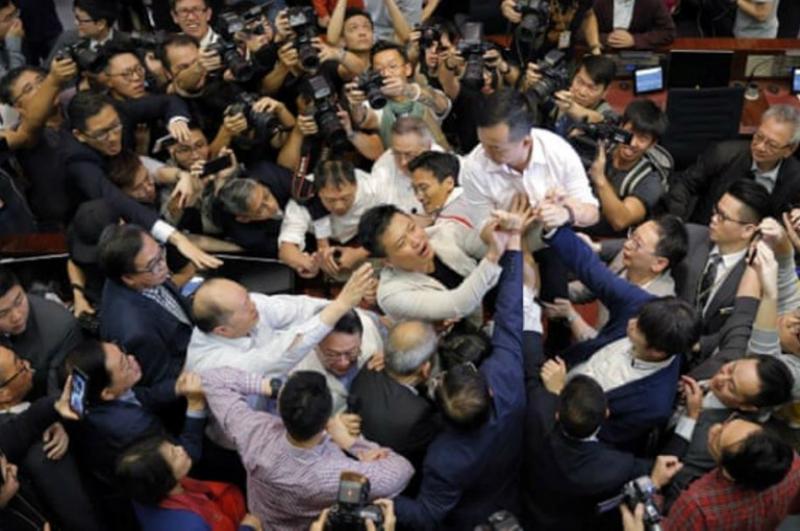 Հոնկոնգի խորհրդարանում օրենսդիրները ձեռնամարտի են բռնվել նիստի ժամանակ