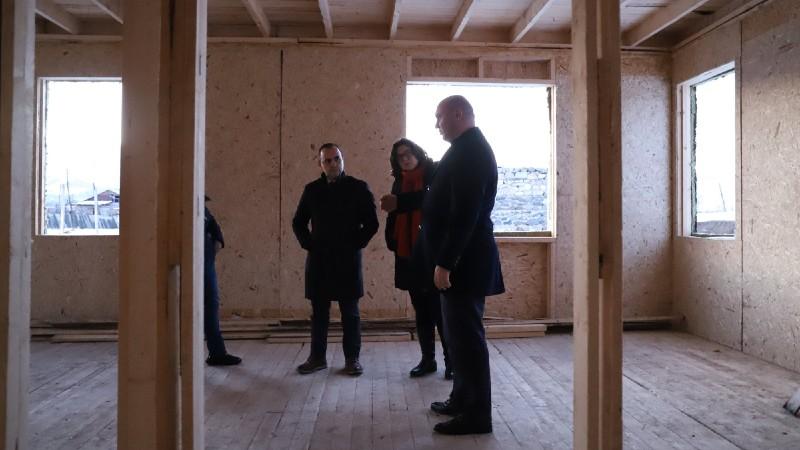 Զարեհ Սինանյանն Արցախի քաղաքաշինության նախարարի հետ այցելել է արագ կառուցվող փայտե բնակարաններ
