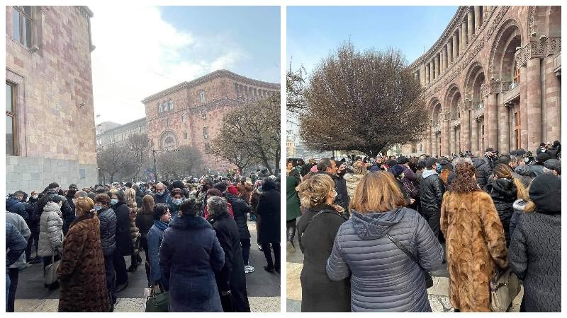 Կառավարության շենքի մոտ բողոքի ակցիա իրականացնող ժամկետային զինվորների ծնողները կհանդիպեն Փաշինյանի հետ
