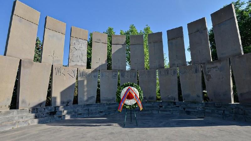 Արմեն Սարգսյանի անունից ծաղկեպսակ է դրվել «Եռաբլուր» զինվորական պանթեոնում