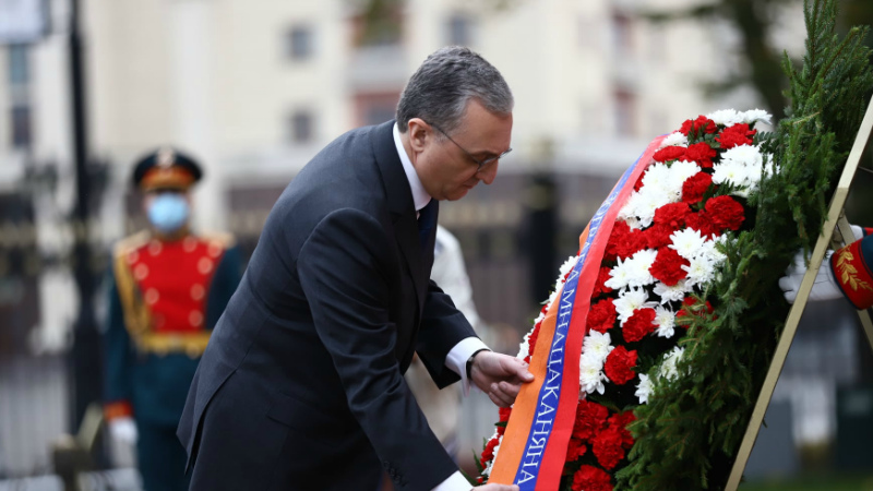 ՌԴ պաշտոնական այցի շրջանակներում Զոհրաբ Մնացականյանն այցելեց և ծաղկեպսակ դրեց Անհայտ զինվորի գերեզմանին