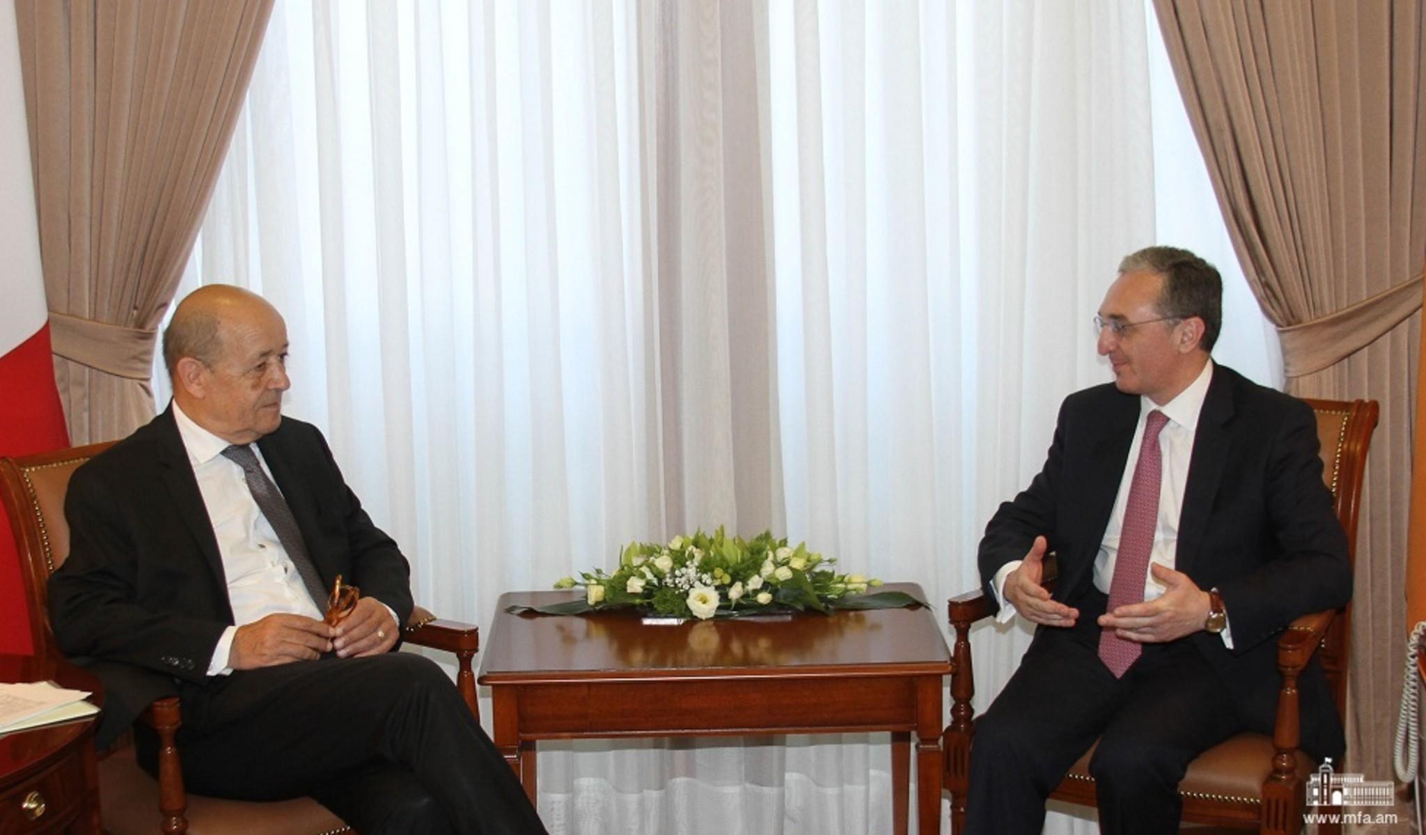 Զոհրաբ Մնացականյանը հեռախոսազրույց է ունեցել Ֆրանսիայի ԱԳ նախարար Ժան Իվ Լը Դրիանի հետ