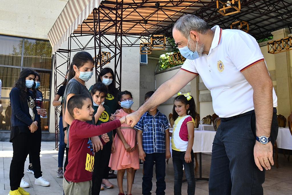 Վարչապետ-Նիկոլ-Փաշինյանն-ու-տիկին-Աննա-Հակոբյանը-կառավարական-առանձնատանը-հյուրընկալել-են-Տավուշի-սահմանամերձ-համայնքների-երեխաներին-1.jpg