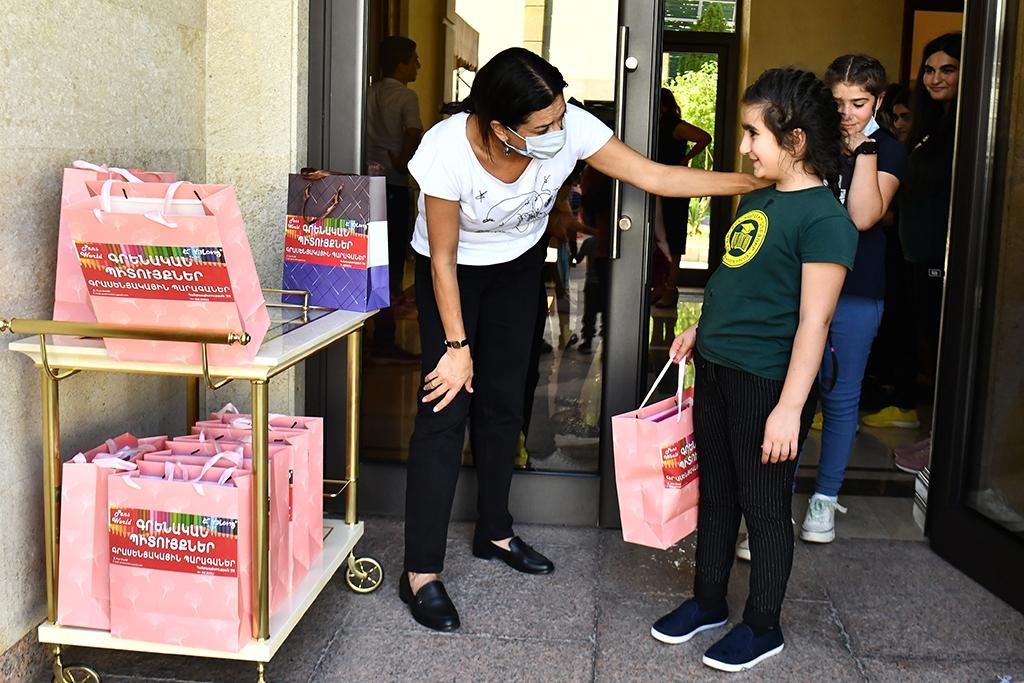 Վարչապետ-Նիկոլ-Փաշինյանն-ու-տիկին-Աննա-Հակոբյանը-կառավարական-առանձնատանը-հյուրընկալել-են-Տավուշի-սահմանամերձ-համայնքների-երեխաներին-6.jpg