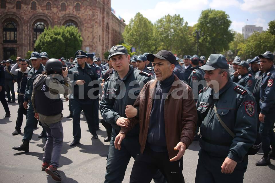 ոստիկանբերմանենթարկելցուցարարshabat.am.jpg