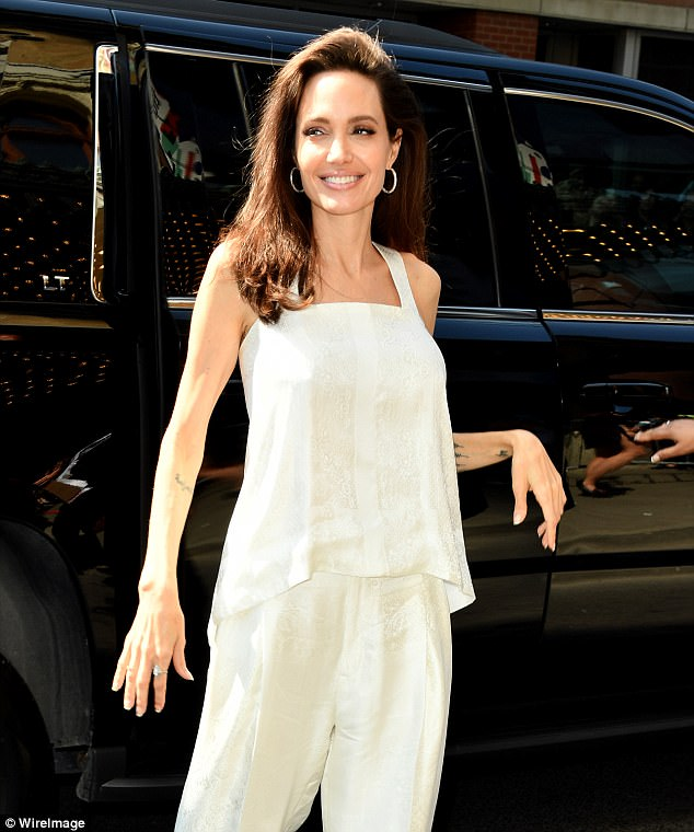 4421507A00000578-4870976-White_alright_The_42_year_old_stunner_wowed_in_chic_off_white_co-a-92_1505081644510.jpg