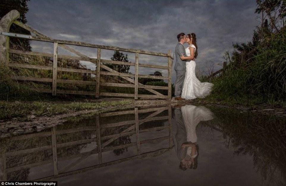 6d69905497c793bdd4972D51B4E600000578-3266802-A_behind_the_scenes_wedding_photography_image_shows_the_contrast-a-6_1444645617565.jpg