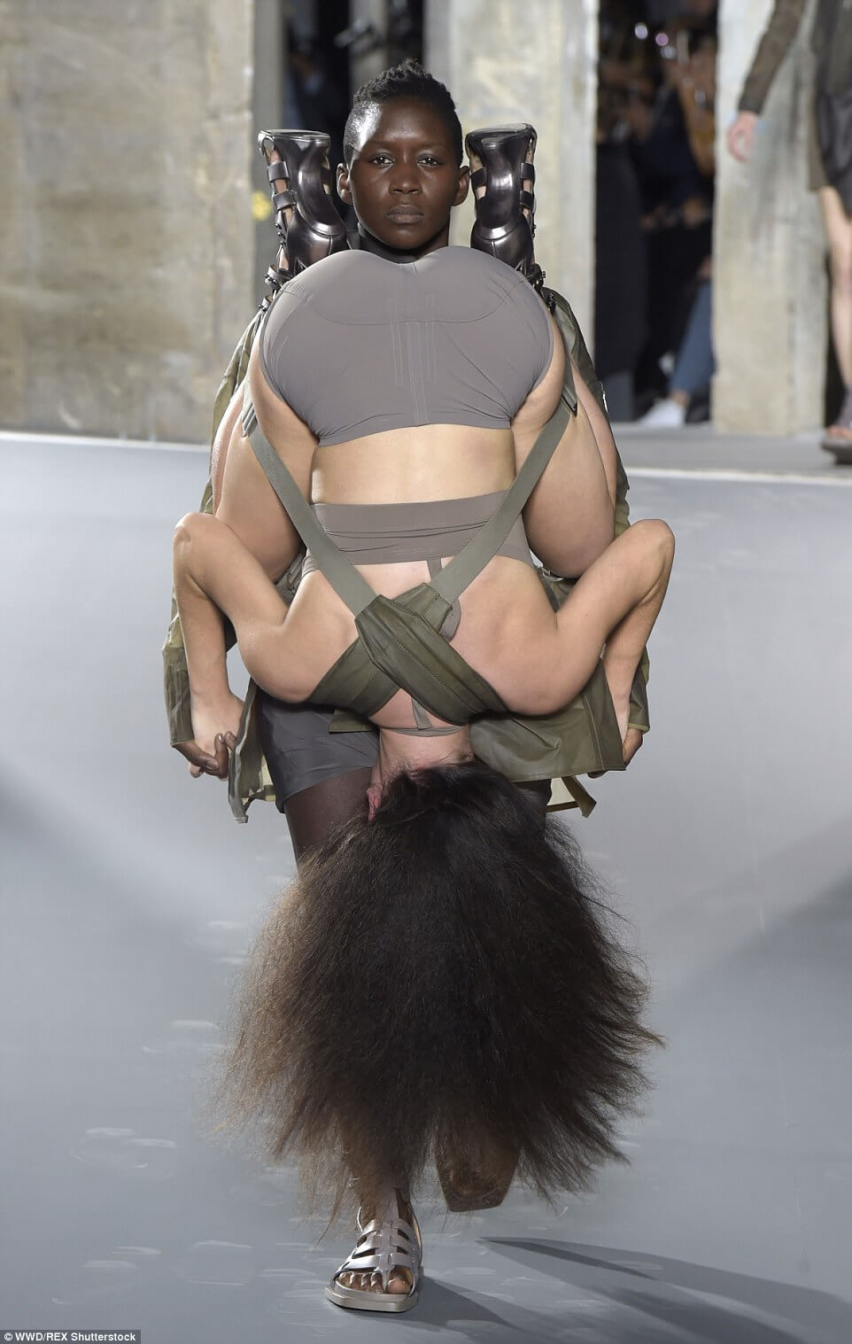 bcea25c3b26366a4059b2CFBD7A600000578-3256609-US_designer_Rick_Owens_harnessed_models_to_one_another_with_one_-a-21_1443769103128.jpg