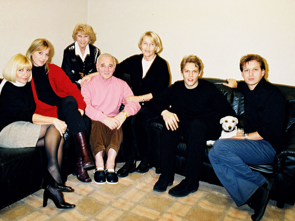 charles-aznavour-dans-les-loges-avec-toute-famille-palais-des-congres-paris-2000_width1024.jpg