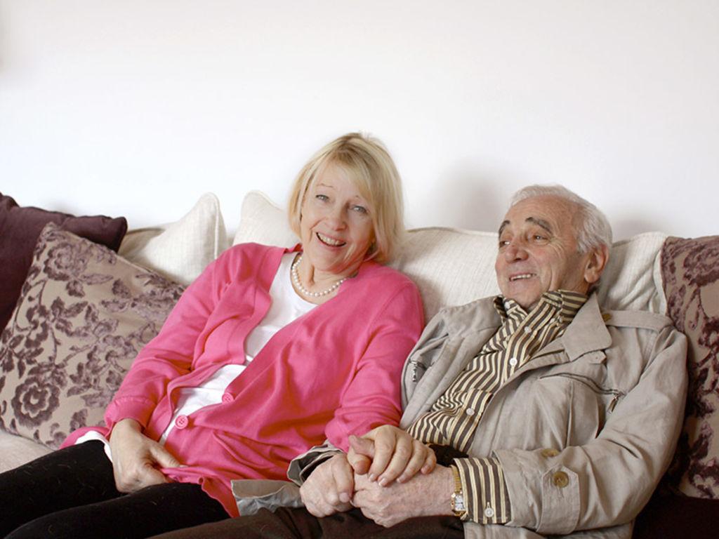 charles-aznavour-dans-maison-dans-les-yvelines-avec-femme-ulla-mai-2009_width1024.jpg