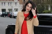 Беременная Амаль Клуни в ярком платье идет на работу в Лондо...