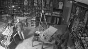 В США грабитель проник в магазин через потолок и не смог выбраться обратно