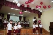 Дети, оканчивающие детский сад, получают свои первые подарки