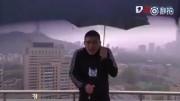 В Китае молния попала в телеведущего во время прямого эфира (видео)