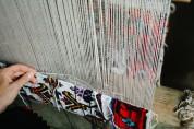 Туристов в Армении привлекает, как молодые девушки ткут ковер - «Аравот»