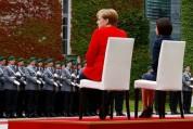 Մերկելը եւ Մոլդովայի վարչապետը նստած են լսել օրհներգերն արարողակարգային միջոցառման ժամանակ...