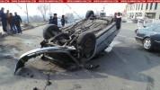 Երեւանում Opel-ը բախվել է գերեզմանի բազալտե հատվածին և գլխիվայր շրջվել