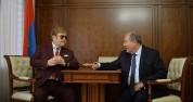 Փաշինյանն ու Սարգսյանն ընթրում են Էլթոն Ջոնի հետ (տեսանյութ)
