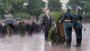 Անհայտ զինվորի գերեզմանին ծաղկեպսակ դնելու արարողության ժամանակ Պուտինը հրաժարվել է անձրևանոցից և ամբողջովին թրջվել (տեսանյութ)