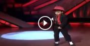 Հնդակացի փոքրիկը կրկնօրինակում է Մայքլ Ջեքսոնին
