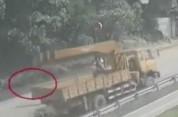 Չինաստանում տեսախցիկը ֆիքսել է, թե ինչպես է հեծանվորդը հայտնվում բեռնատարի անիվների տակ