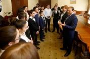 Դպրոցականները գրքեր են նվիրել քաղաքապետ Տարոն Մարգարյանին