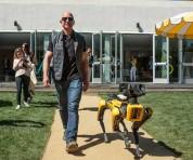 Amazon-ի գործադիր տնօրենը զբոսանքի է դուրս եկել շուն-ռոբոտի հետ (լուսանկար, տեսանյութ)