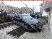 23-ամյա վարորդը Mercedes-ով բախվել է բազալտե եզրաքարերին ու հայտնվել հետիոտնի համար նախատե...