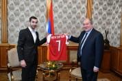 Հենրիխ Մխիթարյանն իր մարզաշապիկը նվիրել է նախագահ Արմեն Սարգսյանին