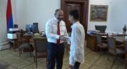 Վարչապետը զրուցել է Գյումրու տնակային ավանի մի հատվածը աղբից մաքրած 14-ամյա Միքայելի հետ (...