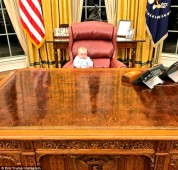 Թրամփի թոռը «զբաղեցրել» է պապի նախագահական աթոռը (լուսանկարներ)