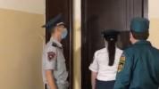 Ոստիկաններն ու ԱԻՆ ծառայողերը այցելում են ինքնամեկուսացման մեջ գտնվող անձանց (տեսանյութ)