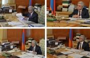 Какие книги разложены на столе Сержа Саргсяна, и что он читает?  - «168 жам»